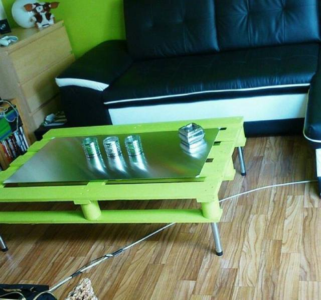 modern-green-pallet-coffee-table-with-metal-hairpin-legs-and-glass-top