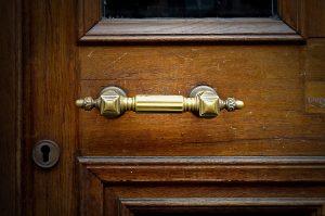 Devi Sverniciare e Riverniciare una Porta di Legno? Easy Service ti ...