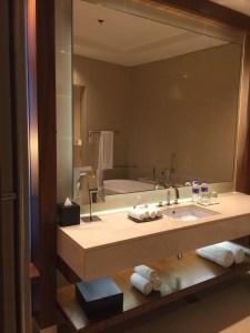 Hotel Review JW Marriott Marquis Dubai: Bathroom mirror