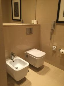 Hotel Review JW Marriott Marquis Dubai: Bathroom toilet