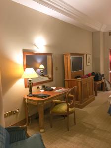 Hotel Review Le Meridien Fairway: bedroom desk