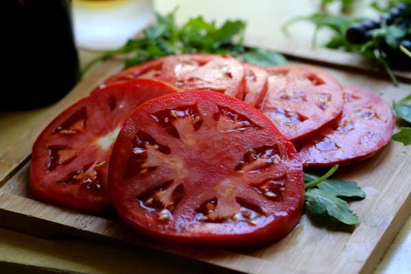 Slice tomatoes for beet salad