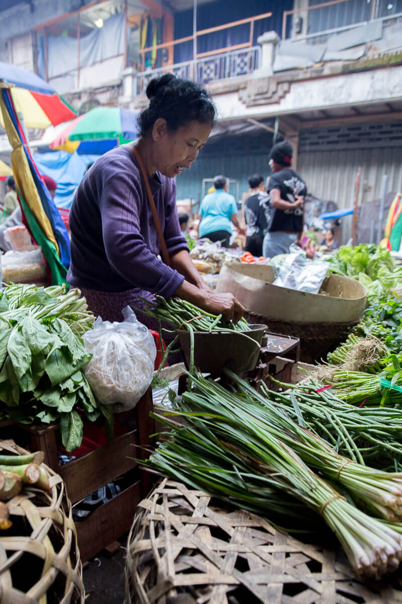 Ubud Bali After a unique experience of local Balinese culture? Head straight to the incredible Ubud morning markets – where fresh produce, mouthwatering street food and a heartwarming culture await!