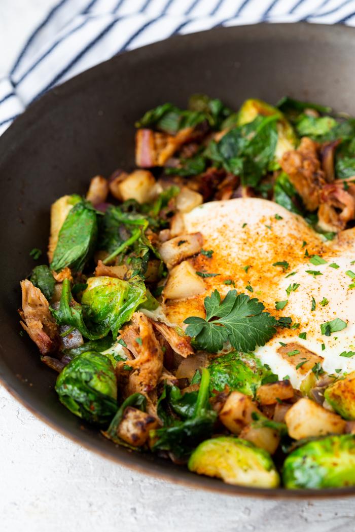 A skillet with p ulled pork breakfast hash, a keto breakfast idea