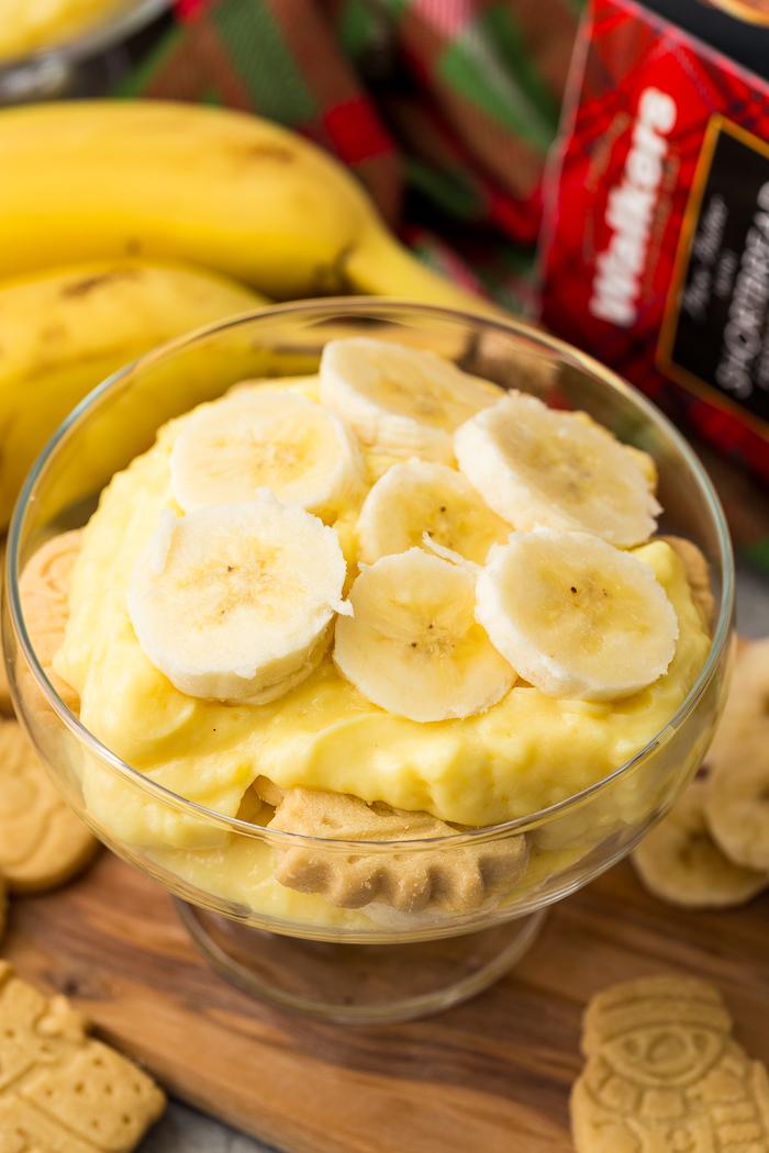 Layers of banana pudding, bananas, and cookies