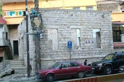 مسجد العين كما يبدو من الساحة عام 2008 بعد إزالة كل الإيضافات وتعريته وخلع أبوابه وشبابيكه خلال الترميم