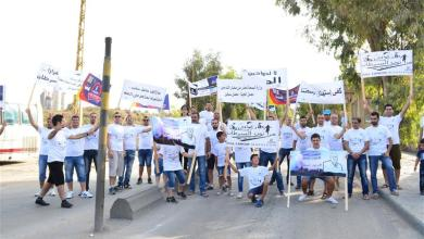 صورة شباب برجا يعتصمون ضد معمل ترابة سبلين