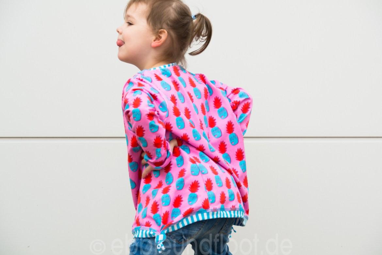 Frech ist die Kleine in ihrem neuen lockeren Shirt