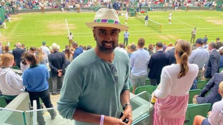 भारत के ऑफ स्पिनर रविचंद्रन अश्विन विंबलडन सेंटर कोर्ट में डेनिस शापोवालोव और नोवाक जोकोविच के बीच सेमीफाइनल देखने के लिए। (स्रोत: ट्विटर)