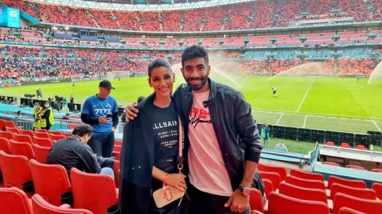भारतीय तेज गेंदबाज जसप्रीत बुमराह और पत्नी संजना गणेशन लंदन में वेम्बली में स्पेन और इटली के बीच यूईएफए यूरो 2020 सेमीफाइनल में। (स्रोत: ट्विटर)