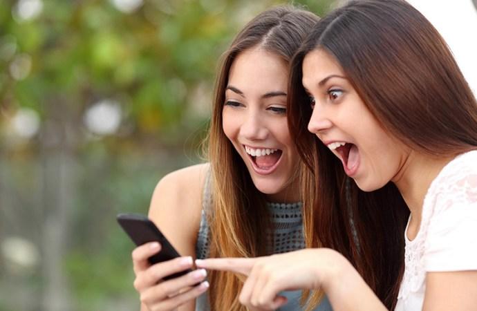 5 de cada 10 adolescentes tienen el celular al alcancede su mano 12 horas por día