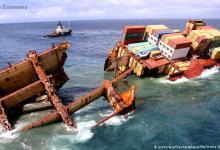 eBlue_economy_اصطدام سفينة شحن برافعة _صورة ارشفية