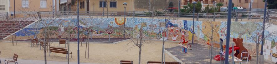 The mural stretches around the whole outside wall of Parc de les Comes