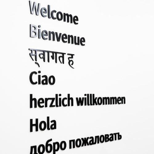 insegna in plexiglass differenti lingue