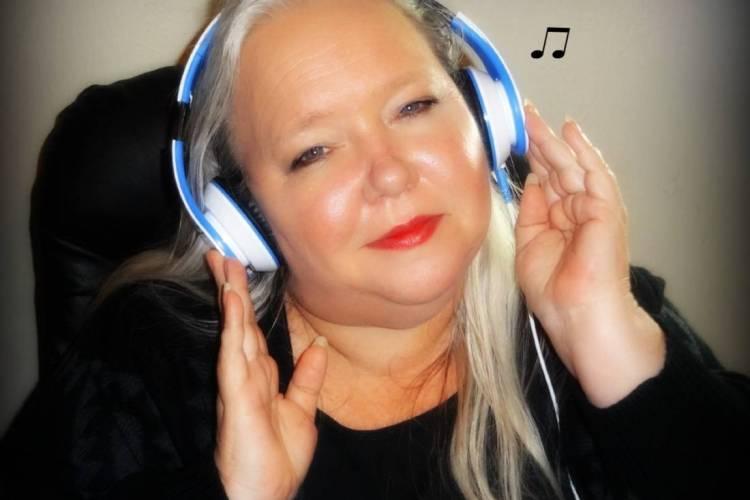 Review Sentey Flow Headphones at EclecticEvelyn.com