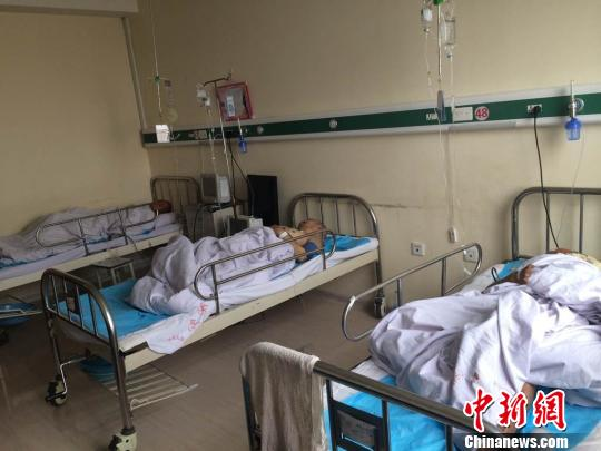 Three victims who are cut off the testicles by a man at a nursing home in Heilongjiang province, get treated at a hospital. (Photo / Chinanews.com)