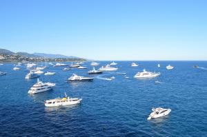Charte de qualité marine en Baie de Cannes. Le plaisancier responsable ne laisse jamais son navire au mouillage sans surveillance et sans moyen immédiat d'intervention car il est conscient que son ancre peut riper sur le fond et que son navire peut s'échouer sur la plage.
