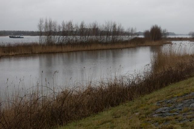 Aan het water bij Nijkerk met regenachtig weer