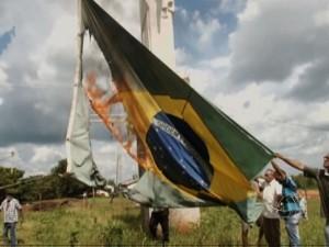 Produtores ateiam fogo à bandeira nacional em protesto à desocupação de Marãiwatsédé (Foto: Reprodução/TVCA)
