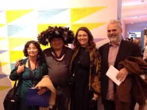 Betty Mindlin, Almir Narayamoga, Guiomar de Grammont, curado do espaço brasileiro no Salão, e Paulo Paranagrá/ Foto: divulgação