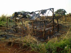 Barraco queimado após ataque a comunidade indígena em MS