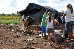ONU critica violações de direitos de indígenas. Foto de área ocupada em Caarapó (MS)