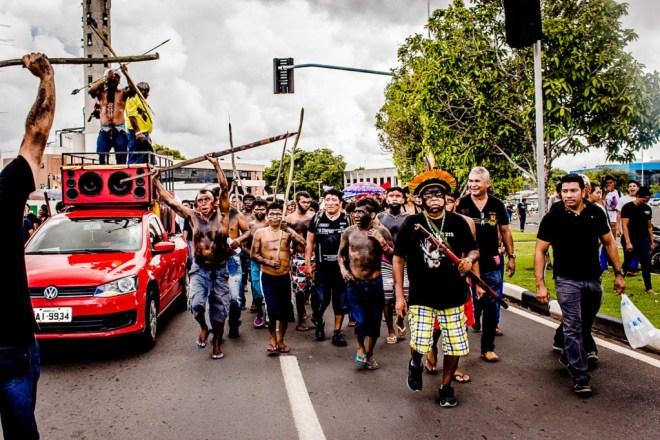 Em Boa Vista (RR) mais de 300 pessoas foram protestar nas ruas. O líder Davi Yanomami (de cocar) participou da manifestação contra a portaria. (Foto: Yolanda Simone Mêne)