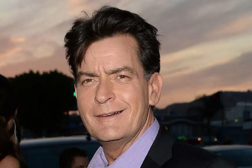Charlie Sheen con la faccia storta