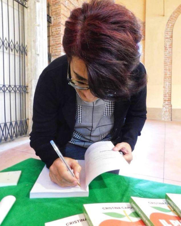 Cristina Caputo firma il suo libro
