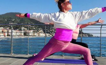 yoga-rosa-alassio-molo-gratuito-free-essere-benessere-lucia-ragazzi-esperienz-wellness-wellbeing-città-donne-prevenzione-airc-tumori-social-1