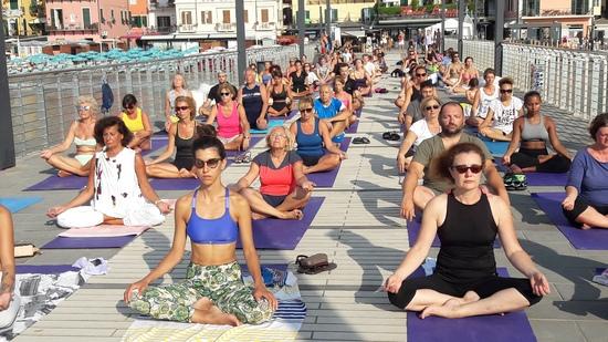 essere-free-yoga-gratuito-benessere-per-tutti-village-citta-visit-alassio-estate-lucia-ragazzi-summer-town-sport-wellness-coni-cnsl-libertas-pizzorno-musacchia-liguria-