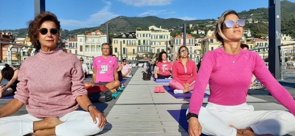 yoga-rosa-alassio-molo-gratuito-free-essere-benessere-lucia-ragazzi-esperienz-wellness-wellbeing-città-donne-prevenzione-airc-tumori-social-