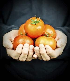steep tomatoes in baking soda, so raw food is safe to eat
