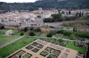 et le village de Lagrasse