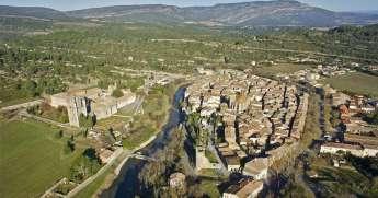 L'abbaye, rive gauche, le village, rive droite