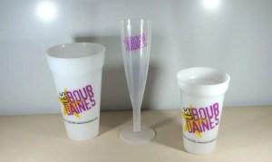 Gobelets et flûte à champagne imprimés.