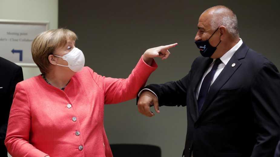 Снимка на деня: Меркел прави забележка на Борисов за маската