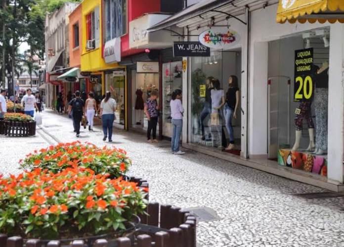 Economia: Consumidor sem dinheiro deixa comércio sem movimento