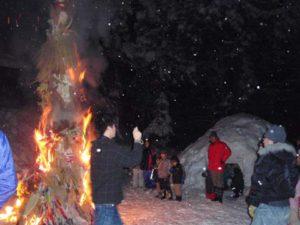 「さいの神」の様子です。左で燃えているのがお飾りの塔です。この火でモチやスルメを焼いて食べると今年1年健康でいられると言われています。書き初めを燃やして、燃えた紙が高く舞い上がると字が上手になるとも言われています。