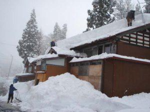 作業を始めた頃の様子です。屋根のまわりにはみ出して積もった雪を落としました。それだけで屋根にかかる負担が半分近くになるそうです。