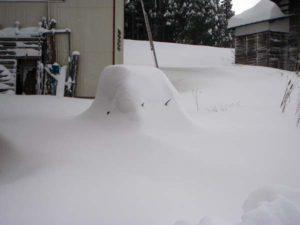 一晩で車もすっぽり雪に埋まってしまいました。