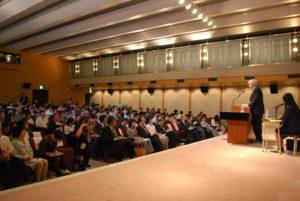 会場には300人近い会社員や若者が詰めかけました。