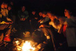 夜、火を囲んでの語らい。