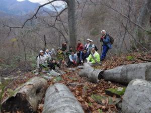 急斜面の栽培現場での集合写真。