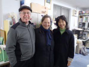 エコプラスの事務所を訪れたスミスさん夫妻と、エコプラスの高野代表理事
