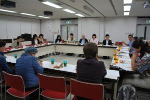 総会には正会員13人のほか、関心を持つ学生などらが参加した。
