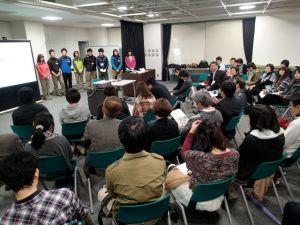 会場は、参加者の家族や友人、プログラム後援者などで満員になりました。