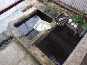 自噴する湧水を利用した「川端(カバタ)」。日々の炊事などに使われている。私有地のため、ガイドなしでは立ち入れない。