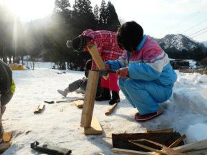 4日間、子どもたち自身で暮らしを組み立てます。初めは薪を割って火を起こすのも一苦労。