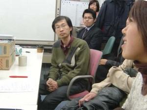 上映会の後、参加者のみなさんと話す野沢さん(中央)